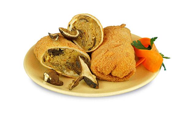 krokiety z kapustą i grzybami na talerzu